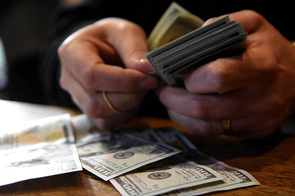 """Puresazo: la escalada del dólar """"blue"""" incremento la maniobra ilegal, ¿cómo funciona?"""