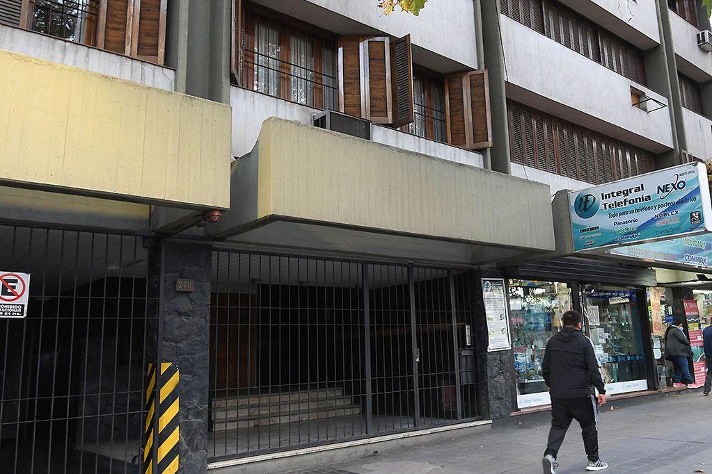 El edificio en donde se cometió el asesinato. Marcelo Rolland/Los Andes