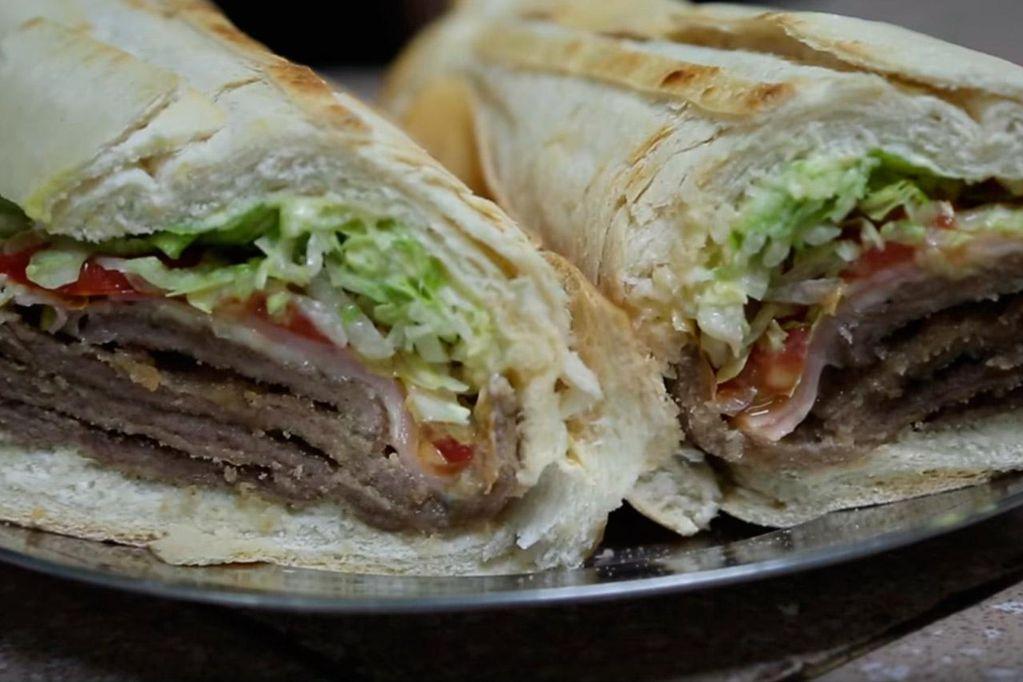 El sándwich de milanesa que se prepara en Tucumán enamoró a los turistas.
