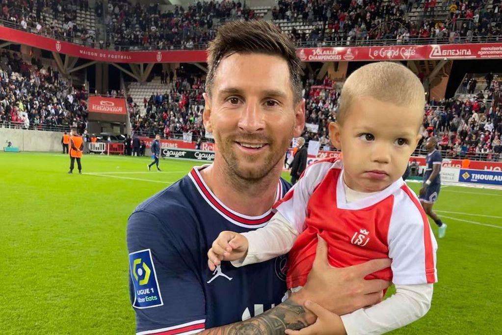Todos quieren la foto con Lionel Messi, hasta el papá de este bebé, rival del PSG en la Liga de Francia. (La Voz)
