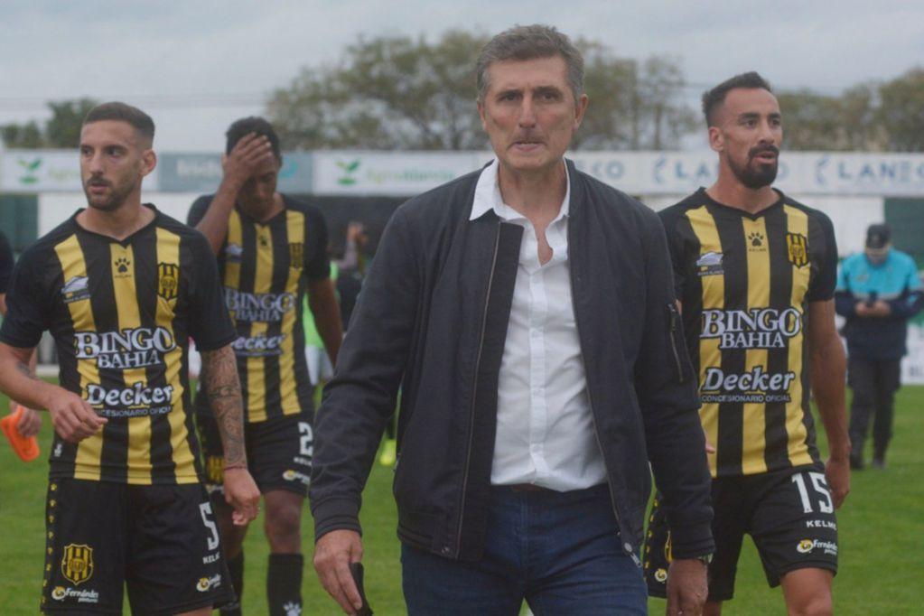 El entrenador de Olimpo fue tomado del cuello cuando discutía con el vicegobernador de Chubut.