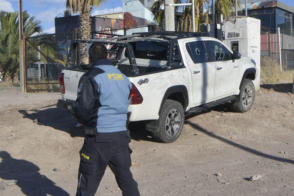 Policía Científica trabajando en el lugar horas después de la agresión. En esa camioneta se movilizaba la víctima. Orlando Pelichotti/Los Andes