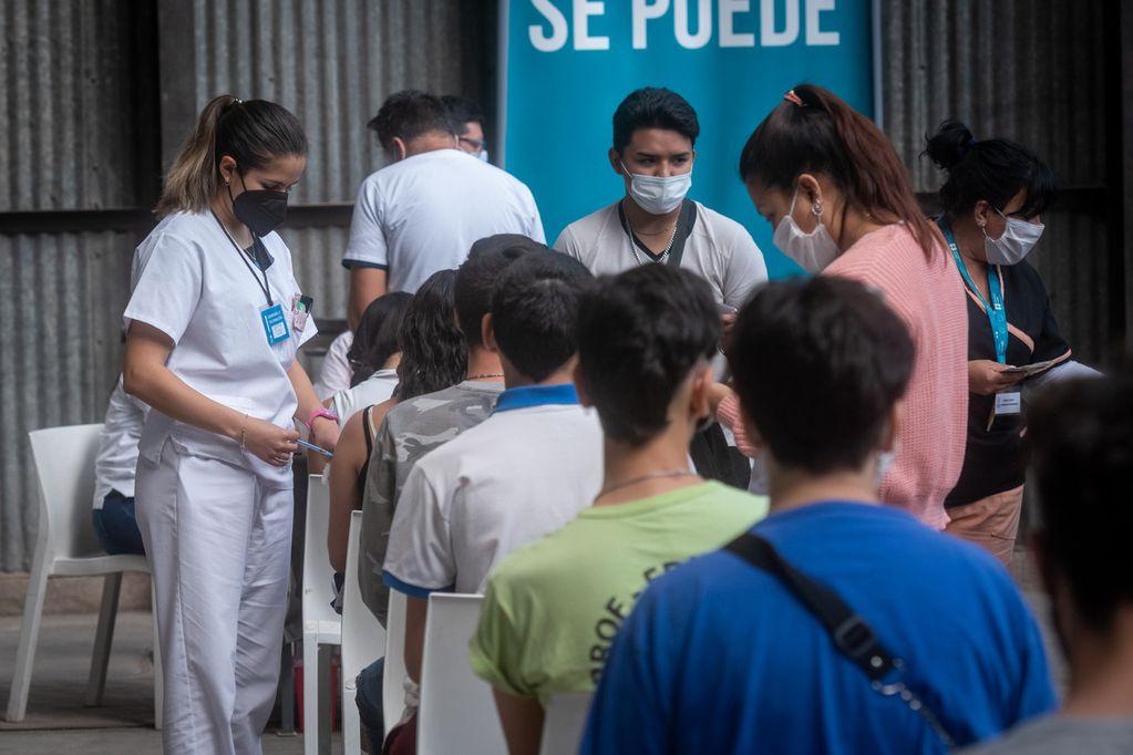 El 23 de setiembre comenzó la vacunación para menores de 17 sin comorbilidades. Sede en la Nave Cultural.  Foto: Ignacio Blanco