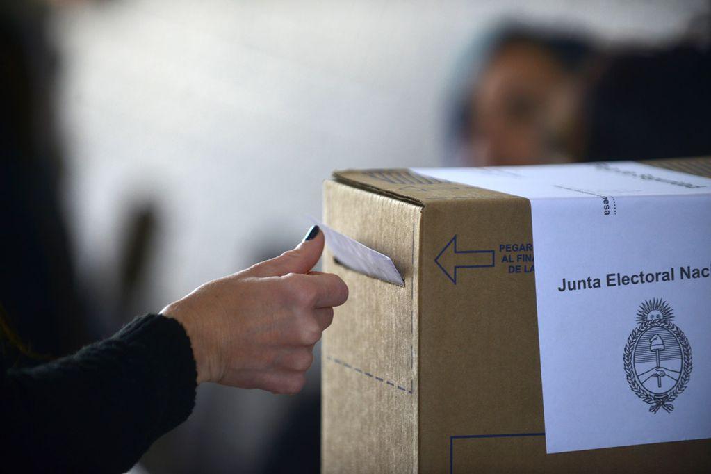 Hay que evitar tocar la urna al introducir el voto.