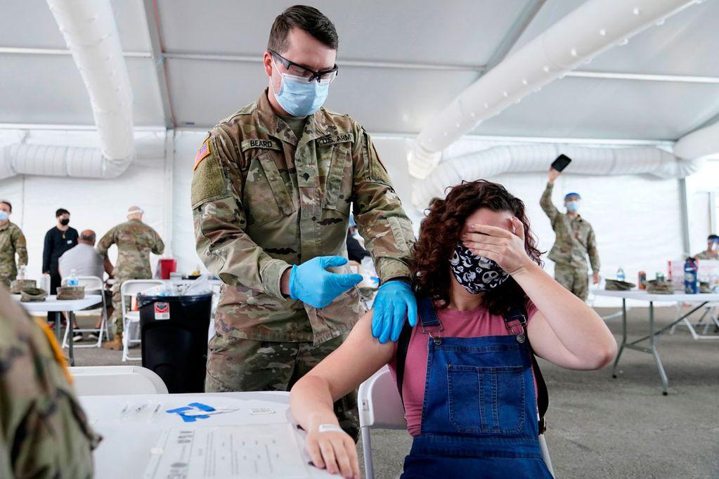 Muchos argentinos eligieron vacunarse contra el Covid-19 en Miami, Estados Unidos. Habrá un certificado en Argentina para acreditarlo o completar su esquema. (AP)