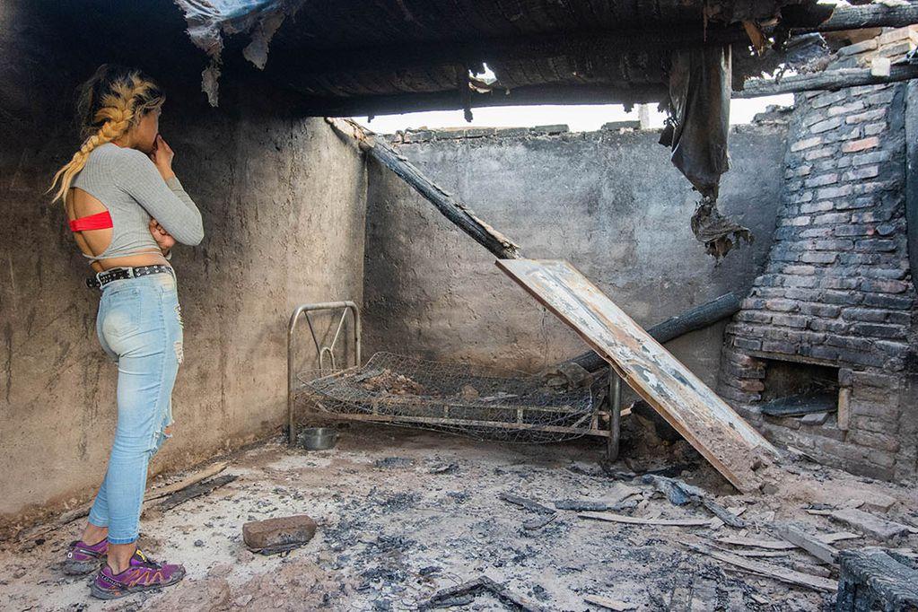 Una mujer y sus cinco hijos perdieron su casa en un incendio que habría provocado su ex marido acusado de violencia de género. Deben reconstruir el techo para poder volver a su casa. Foto: Mariana Villa / Los Andes