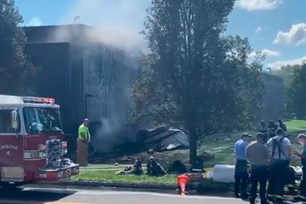 La aeronave presentó inconvenientes en el inicio del vuelo e impactó contra un edificio de servicios médicos en la ciudad de Farmington.