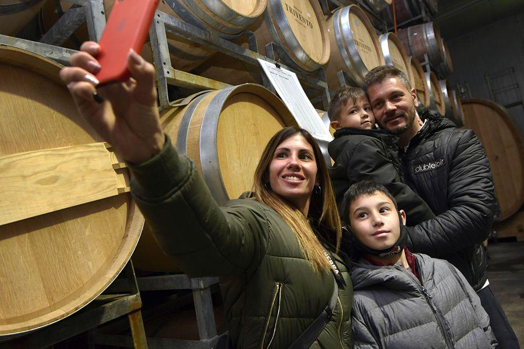 Mendoza podría tener este fin de semana largo niveles de turismo superiores a la prepandemia. en la foto, la familia Silva recorre una bodega. Foto: Orlando Pelichotti
