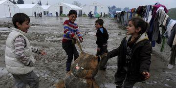 Niños refugiados en campamentos griegos.
