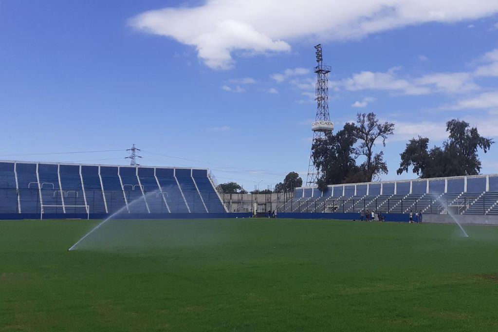El barrio volverá a sonreír: fanáticos del Tomba pintan el estadio Gambarte y el Loco Julio tendrá su homenaje