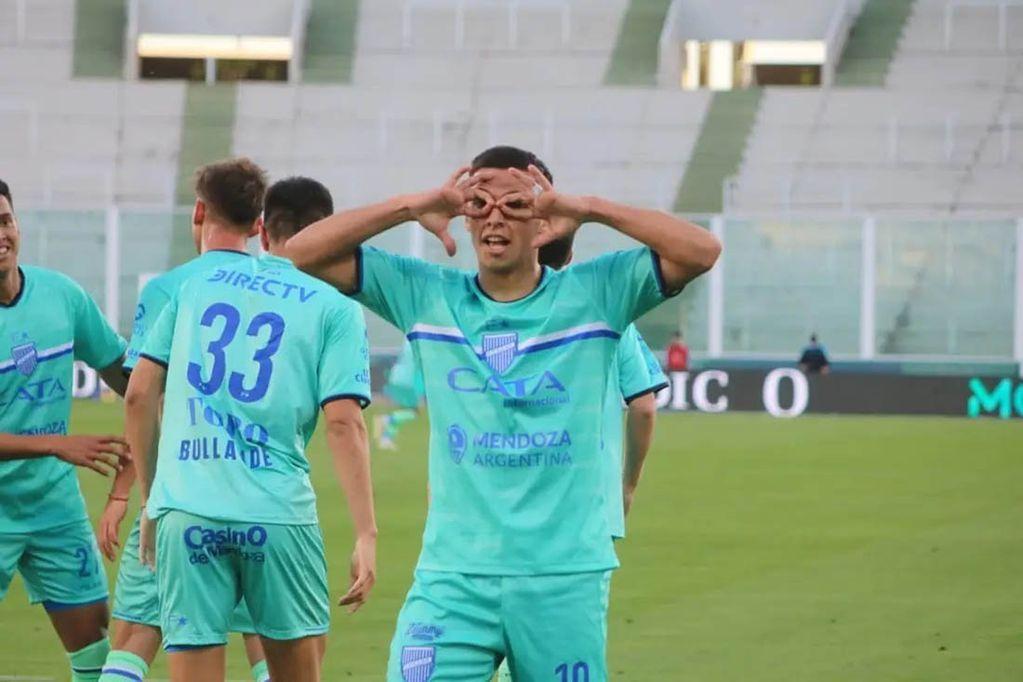 Valentín Burgoa celebra el primer gol tombino en el partido de Godoy Cruz ante Racing por la Copa Argentina.