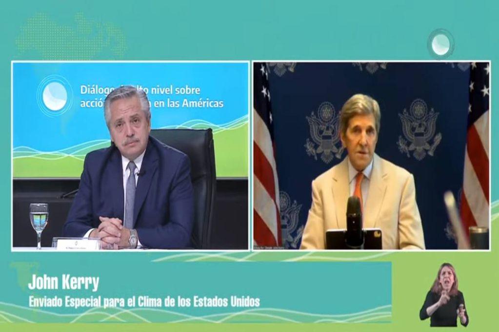 El enviado especial de los Estados Unidos para el Clima, John Kerry, junto al presidente Alberto Fernández.