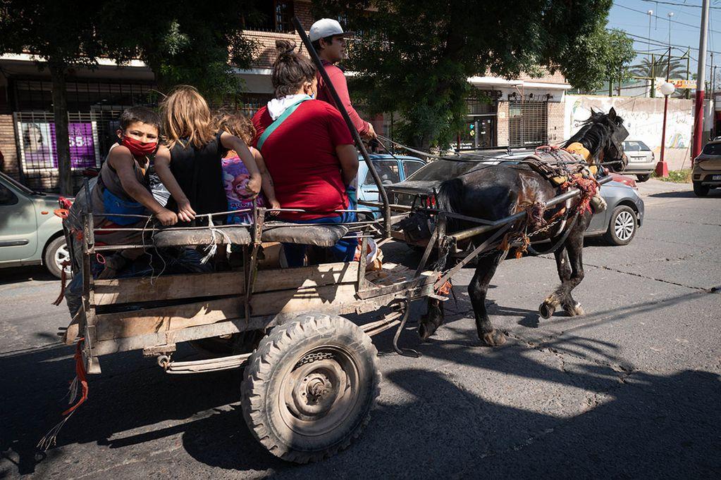 Los niveles de indigencia bajaron, pero ya hay 450 mil pobres en el Gran Mendoza.  Una familia en carretela se traslada por las calles del Las Heras.   Foto: Ignacio Blanco / Los Andes