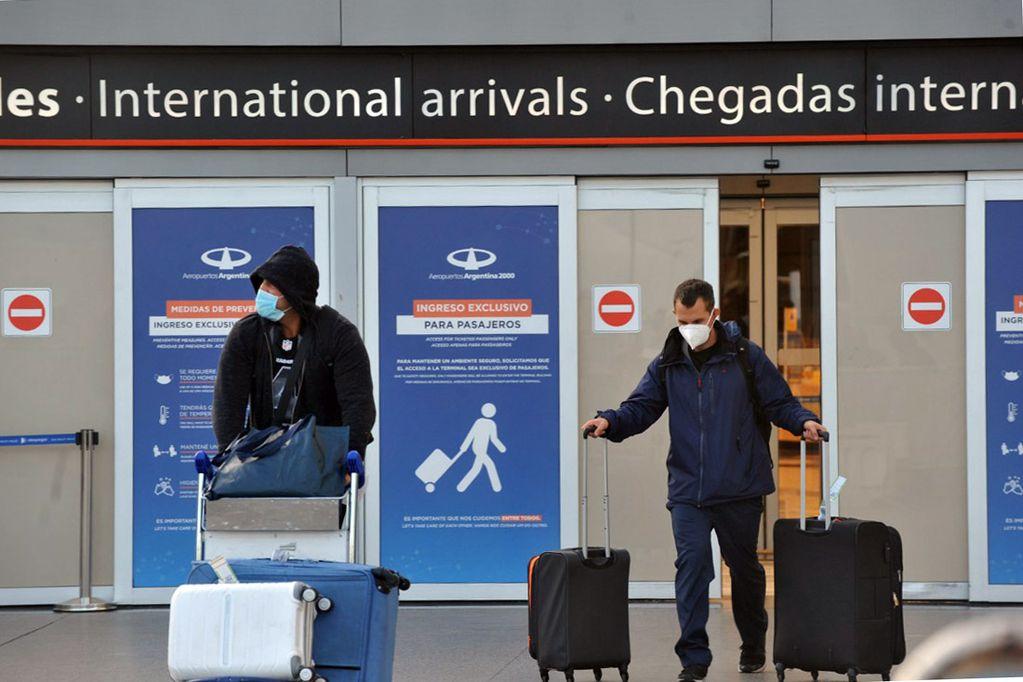 Gente llegando al aeropuerto de Ezeiza.  Gentileza Clarín