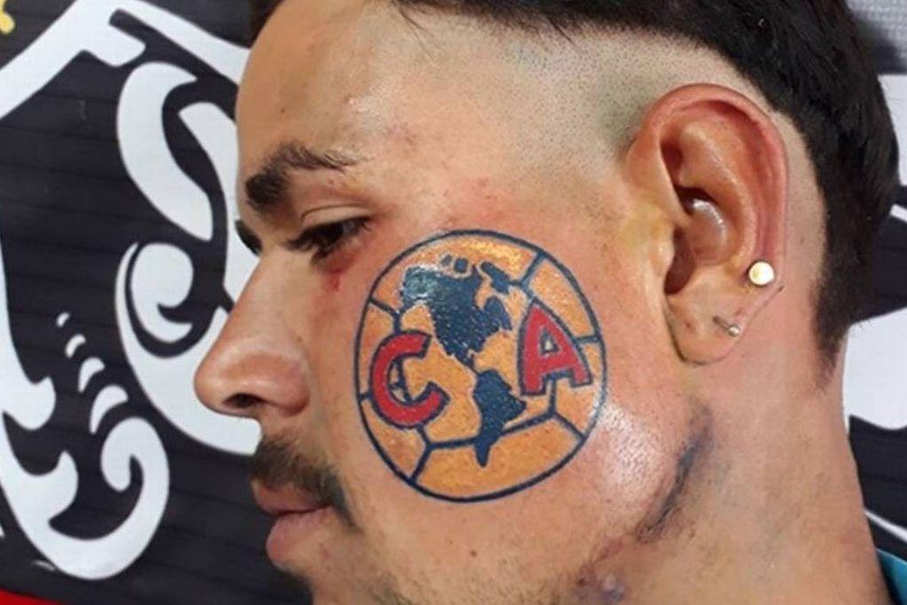 ¿No será mucho? Se tatuó en la cara el escudo del club de sus amores