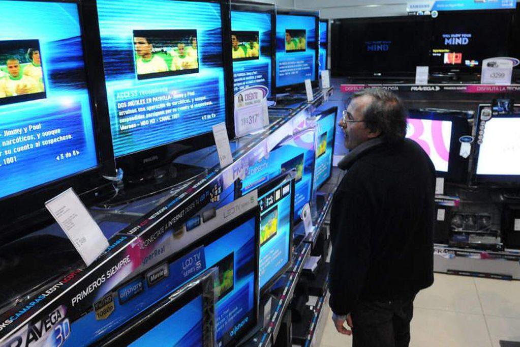 TELEVISORES. En una imagen de 2011 en un local de Frávega (Facundo Luque/Archivo).