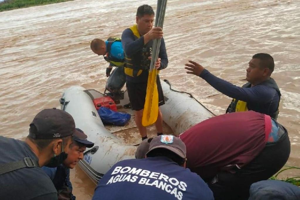 Personal de rescate trabaja para encontrar a personas que se hundieron en un gomón sobre el río Bermejo en Salta.