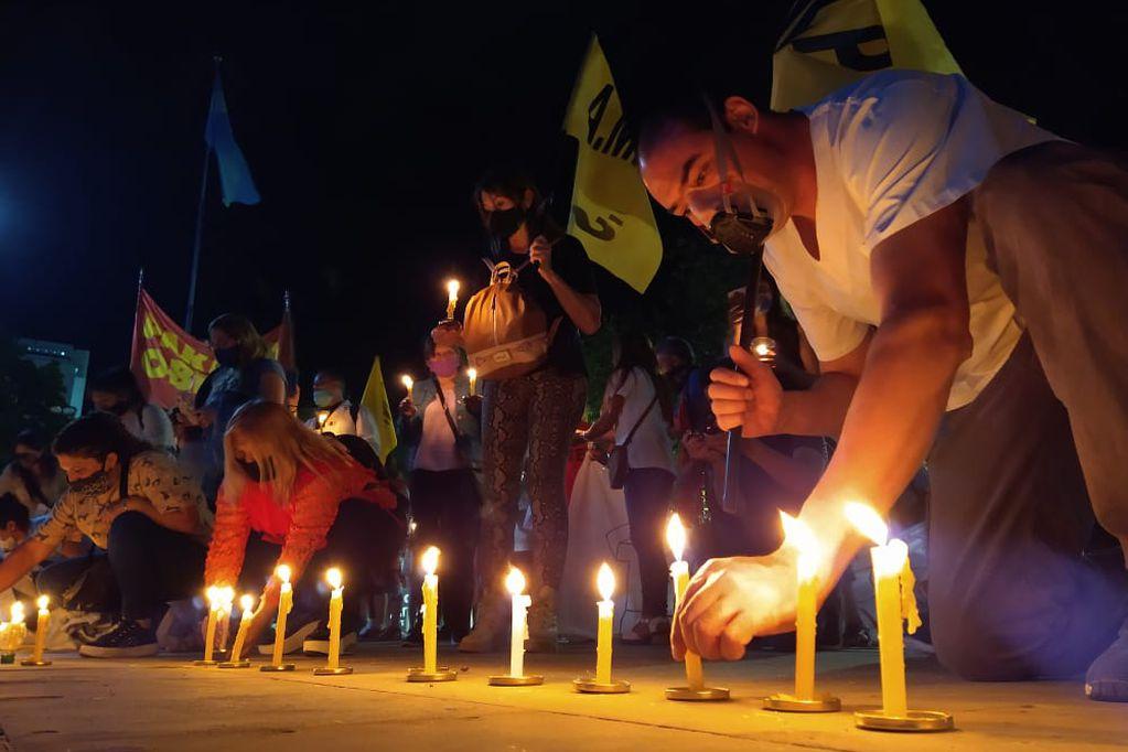Realizaron en Ciudad una marcha de antorchas en memoria de los fallecidos durante la pandemia