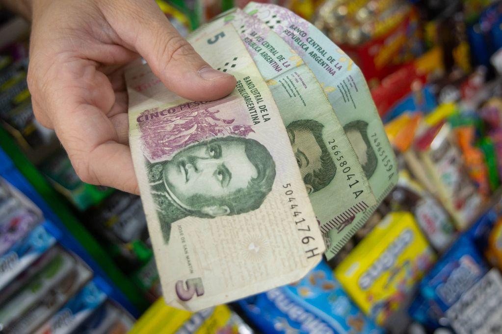 Extienden hasta fines de febrero de 2022 el plazo para canjear los billetes de cinco pesos en los bancos