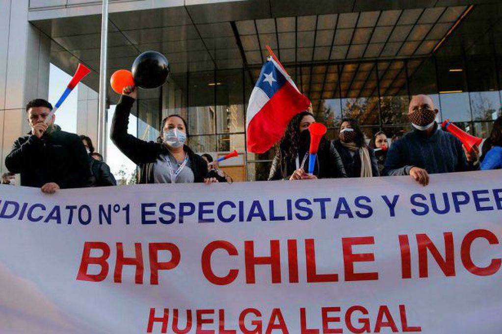 Trabajadores de la mayor mina de cobre de Chile aprueban ir a huelga