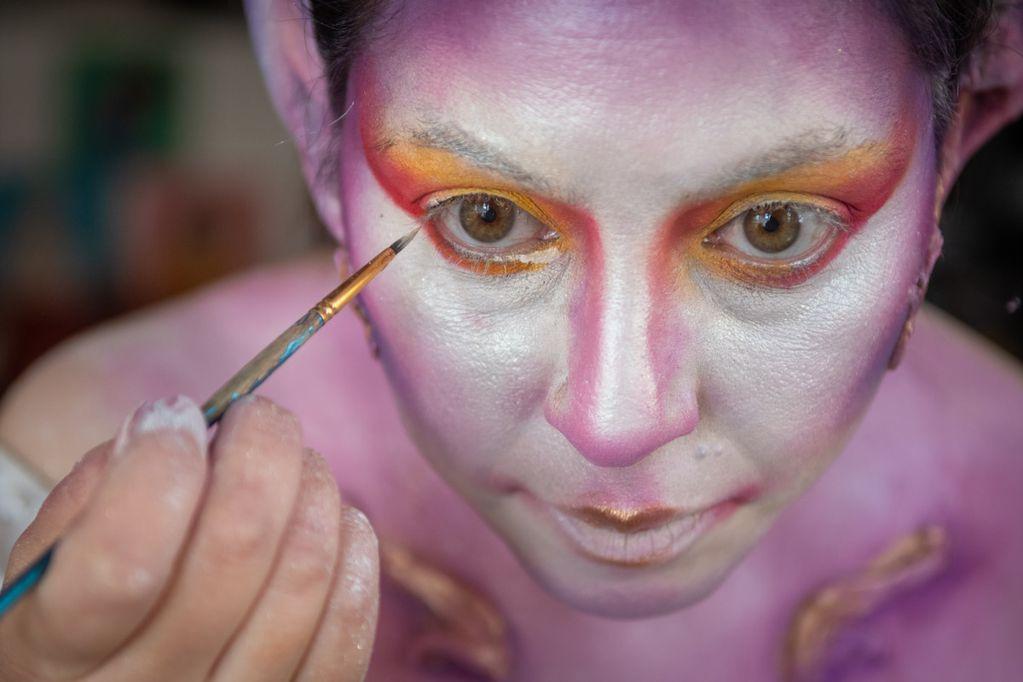 Laura Mendoza, la maquilladora profesional mendocina que impacta y sorprende con su arte y busca ser la mejor del país. Foto: Ignacio Blanco / Los Andes.