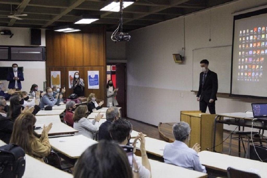 Matías Kremer expuso su proyecto sobre la optimización de la red de recolección de residuos plásticos y se recibió. Foto: Gentileza