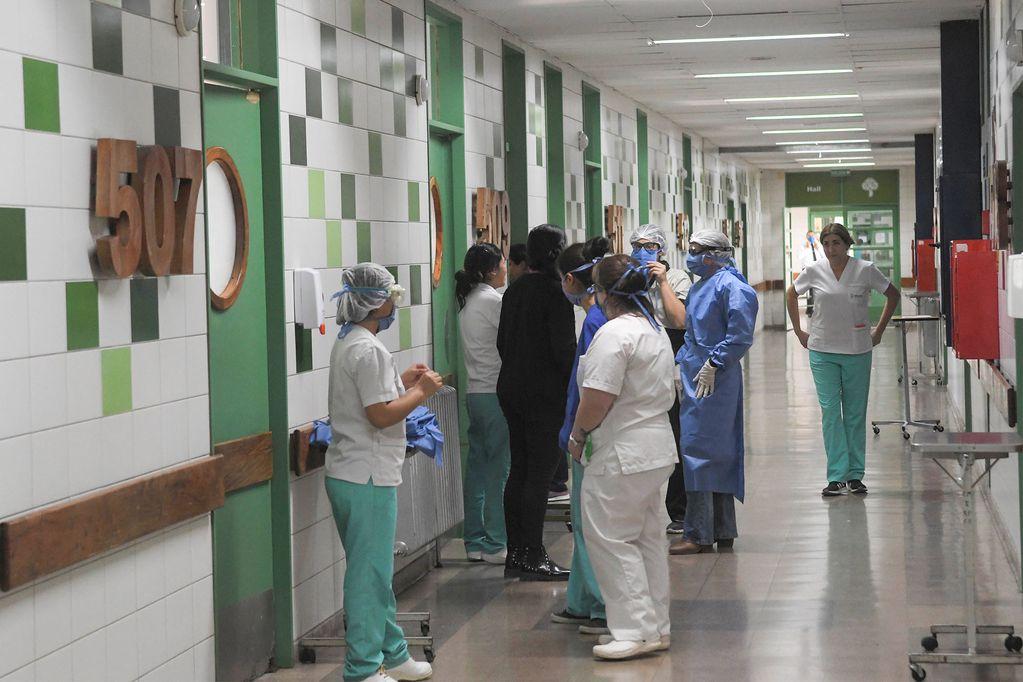 Personal sanitario durante una charla informal en un pasillo del hospital Central. Algunas áreas de este centro asistencial está trabajando al 60%.