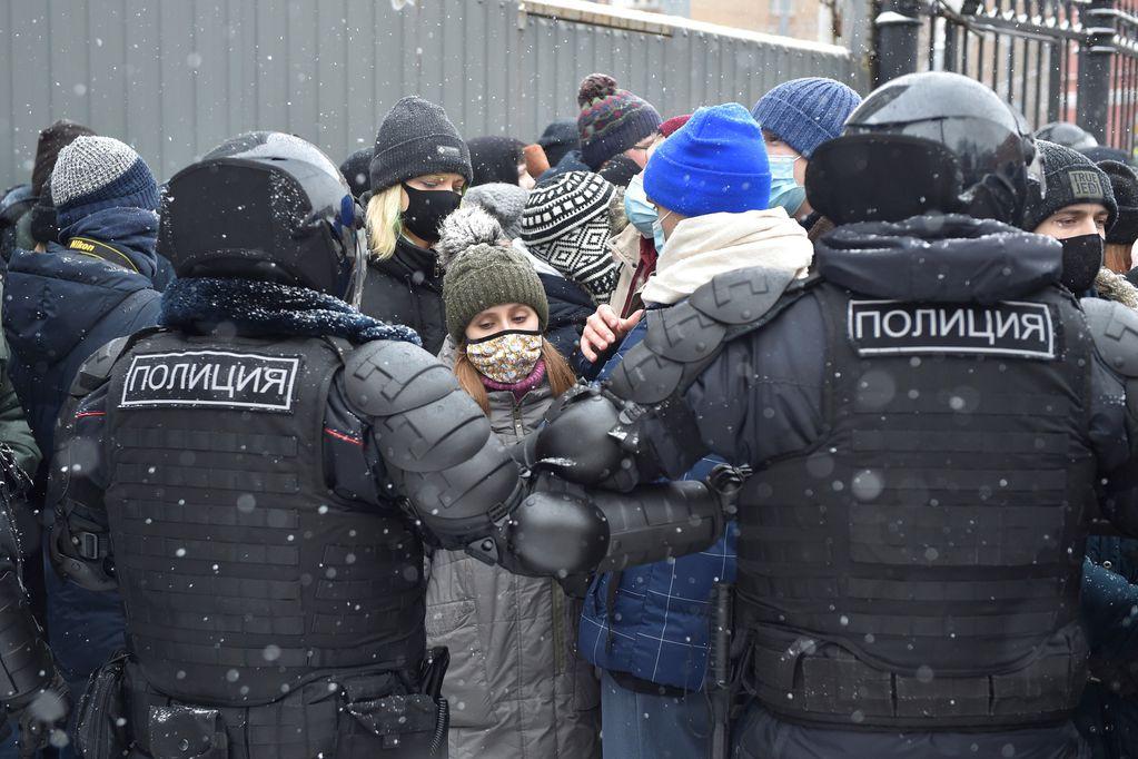 Cientos de personas fueron detenidas en medio de las protestas que exigían la liberación del opositor Alexei Navalny. AP