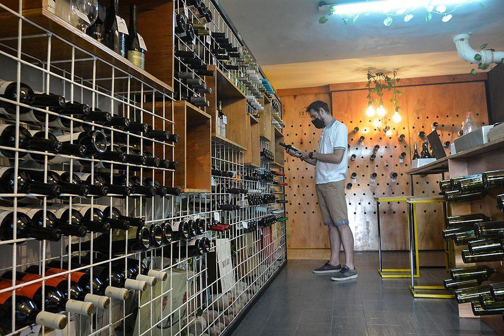 El mercado superó los cinco meses de stock y el Banco de Vinos quedó habilitado para salir a retener una parte de la producción. / Foto: Nicolas Rios