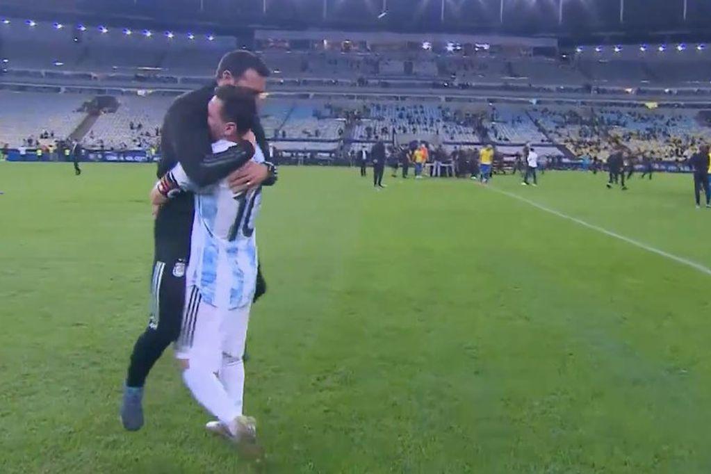 Abrazo Messi y Scaloni tras la consagración de la Copa América. Histórico.