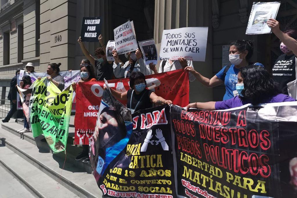 """""""No son delincuentes, son luchadores sociales"""": Familiares y organizaciones impulsan """"Ley de Indultos"""" para liberar a presos de la revuelta. Gentileza / diarioUchile"""
