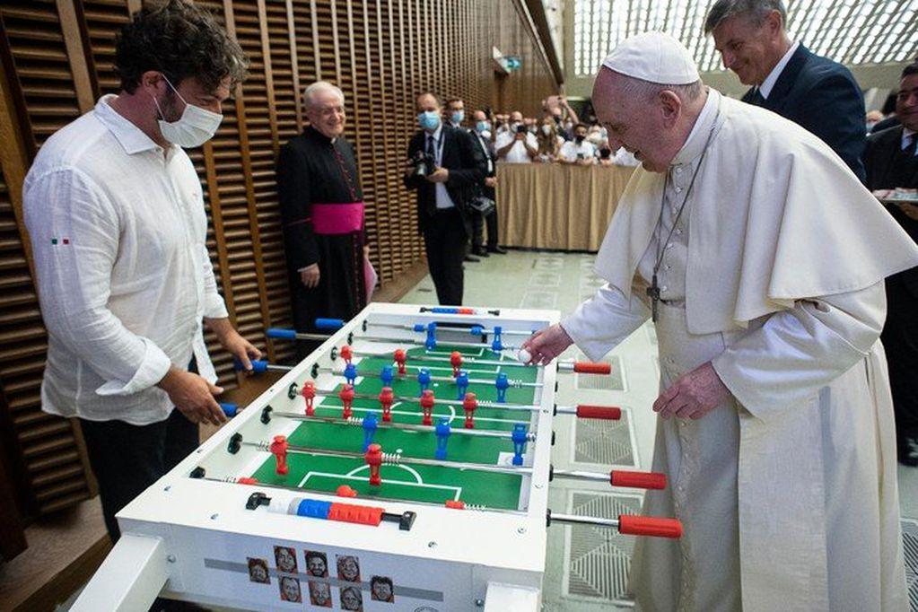 El papa Francisco hizo una pausa en su agenda y jugó al metegol durante la Audiencia General. Prensa Vaticano