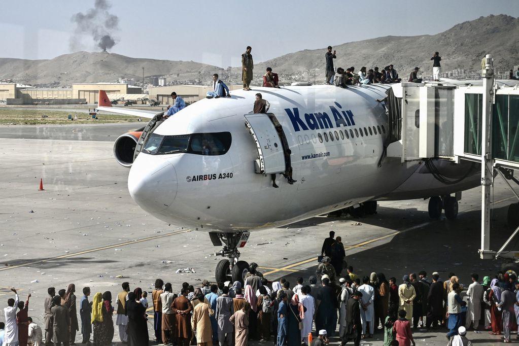 Videos: caos, desesperación y tiros en el aeropuerto de Kabul tras la toma del poder de los talibanes