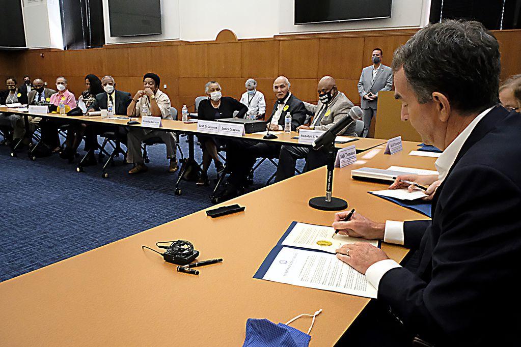 El gobernador de Virginia, Ralph Northam, a la derecha, firma indultos póstumos para los Siete de Martinsville. Foto: AP