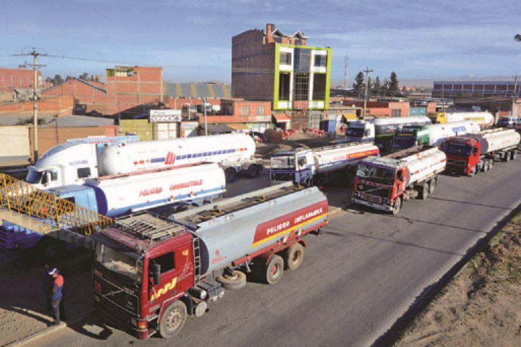 Camiones cisterna de combustible. Foto: Víctor Gutiérrez / Página Siete.