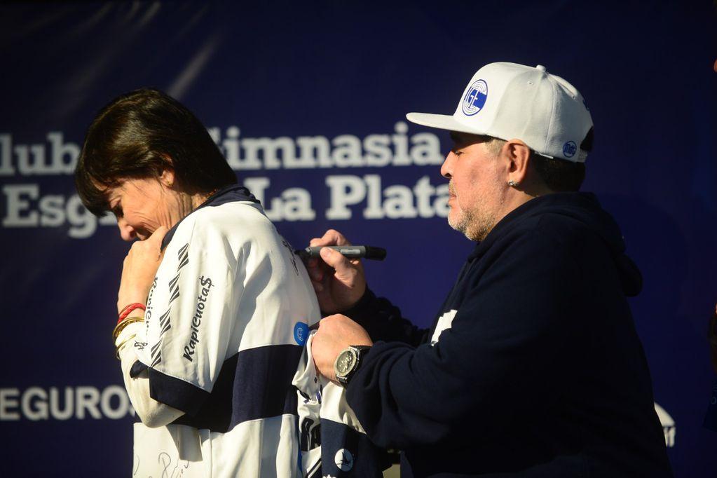 La hermana de Cristina conmovió a Maradona con un regalo inesperado
