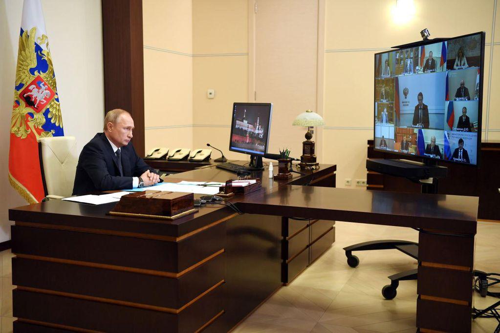 Putin debió aislarse tras casos positivos de covid en su entorno