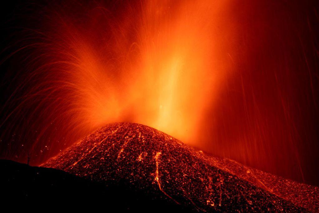 La lava de la erupción de un volcán fluye en la isla de la Palma en las Canarias. (AP)