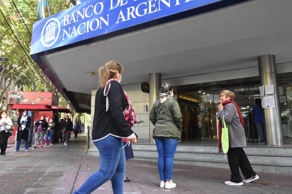 Cola en la puerta del Banco Nación, la entidad que paga la mayoría de las jubilaciones y planes sociales.