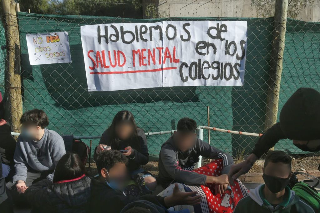 Sentada en el DAD tras la caída de la alumna. Ignacio Blanco / Los Andes