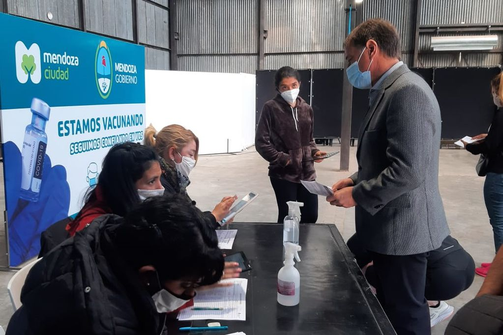 Se vacunó el gobernador Suárez. Foto. Gentileza / Gentileza Silvina Origaen