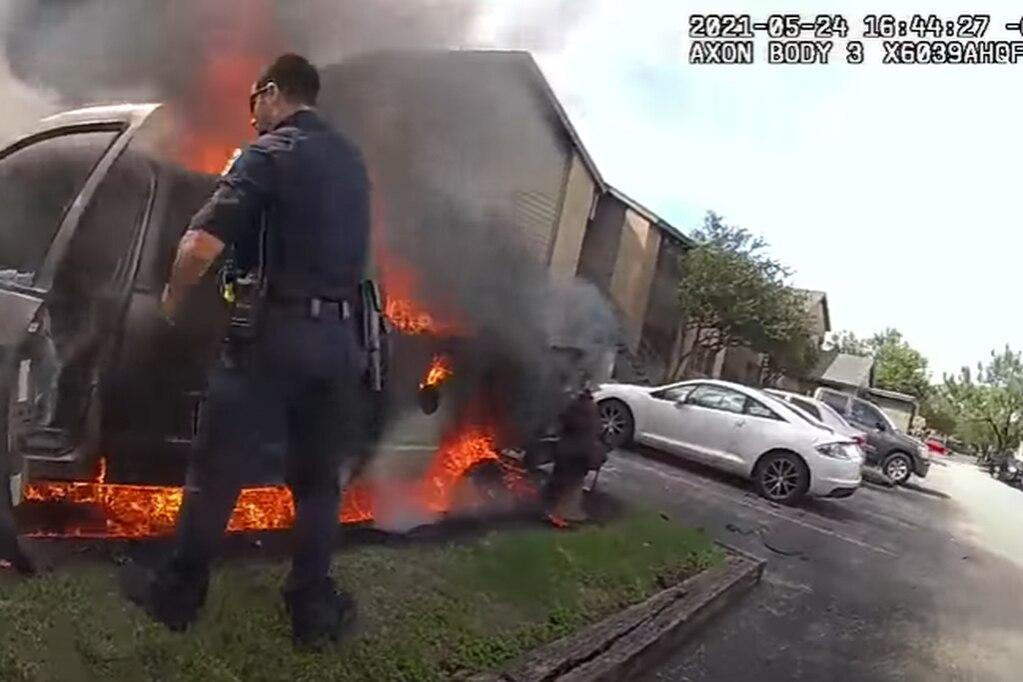 Dramático video: el rescate de un hombre atrapado dentro de un auto en llamas