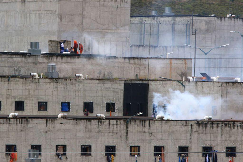 Se observa gas lacrimógeno en la cárcel de Turi, Cuenca, donde hubo un motín (2021). Foto: Marcelo Suquilanda / AP