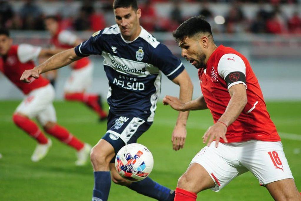 Independiente, con estrena de nueva camiseta, ante Gimnasia y Esgrima La Plata por la Liga Profesional. (Fotobaires)