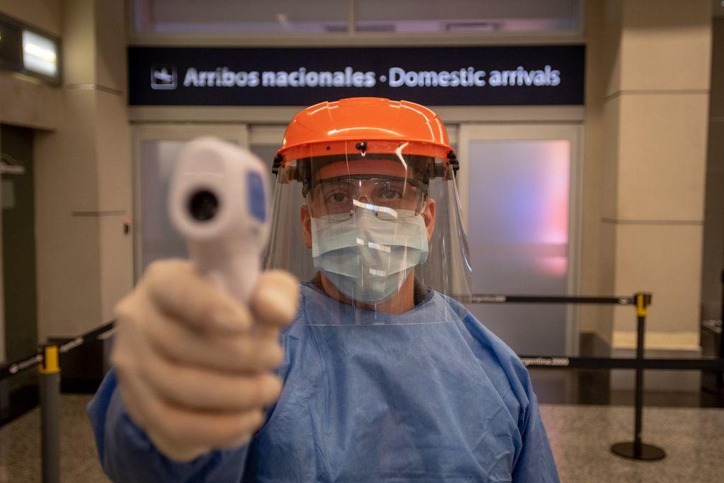 Siguen los controles en el país para evitar más contagios de coronavirus. Ignacio Blanco / Los Andes  Aeropuertos Argentina 2000 presento las acciones sanitarias que se llevaran a cabo en Mendoza a la espera del retorno de los vuelos   Foto: Ignacio Blanco / Los Andes