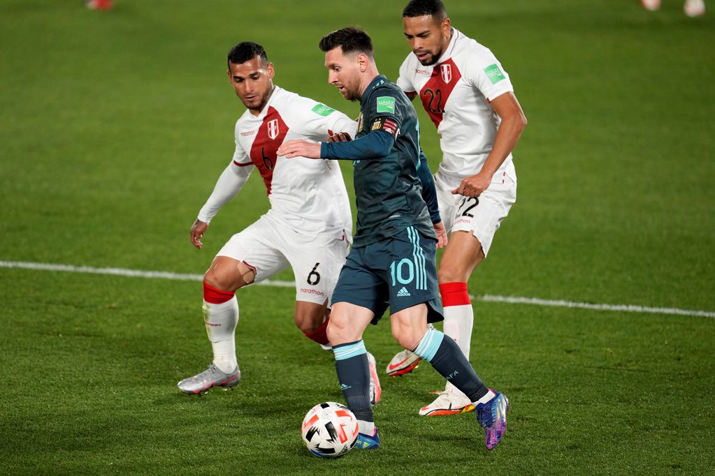 Messi rodeado, pero con el balón controlado. (AP)