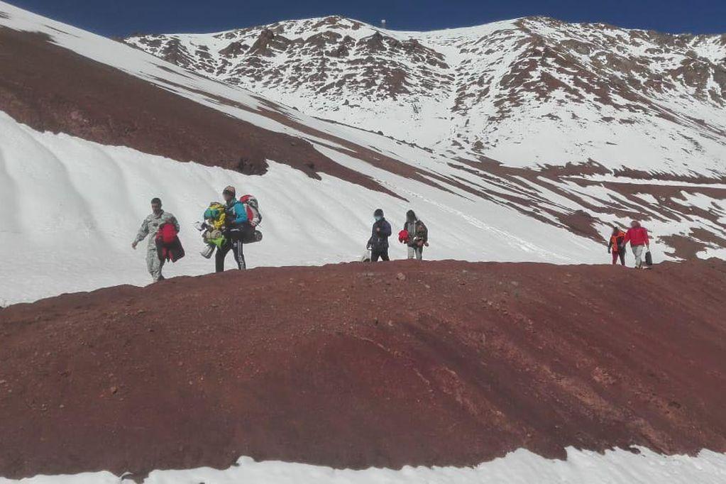 Asistieron a una familia venezolana varada en Alta Montaña cuando intentaban cruzar a Chile a pie. Foto: Prensa Gendarmería