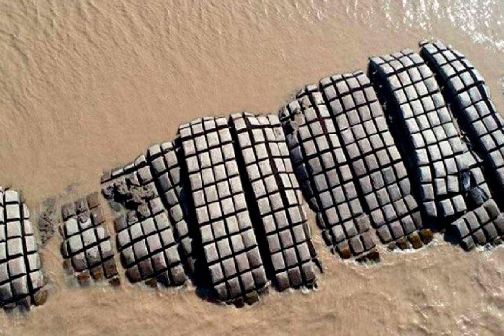 Preocupación: la bajante histórica del río Paraná dejó a la vista de todos la malla de contención del túnel