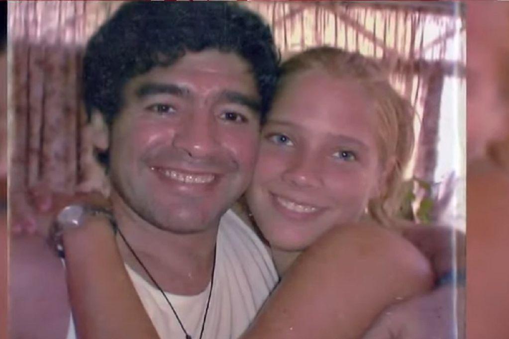 Mavys Álvarez (16) junto a Diego Maradona. Se conocieron en Cuba. (Gentileza / Canal 41 Miami)