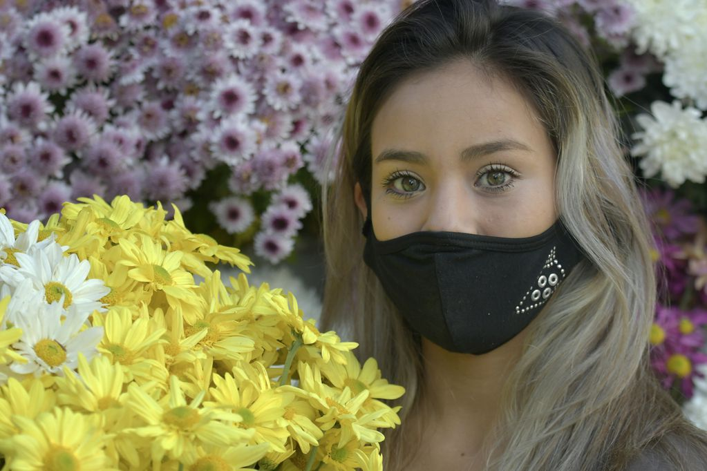 Aldana Guevara (25) de tradicion familiar florista, vende en el puesto de flores en Avenida San Martin y Garibaldi  Foto: Orlando Pelichotti / Los Andes